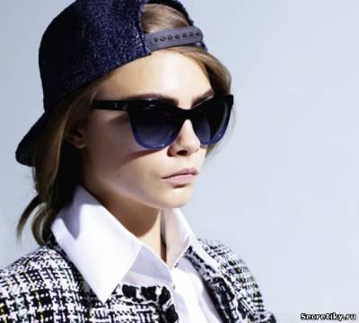 Кара Дельвинь в очках и кепке от Chanel